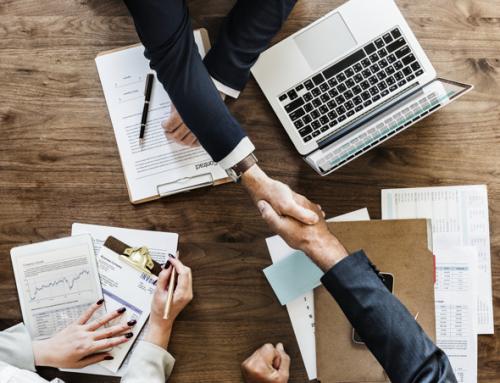 Como uma consultoria de negócios atua na gestão interna de uma corporação?